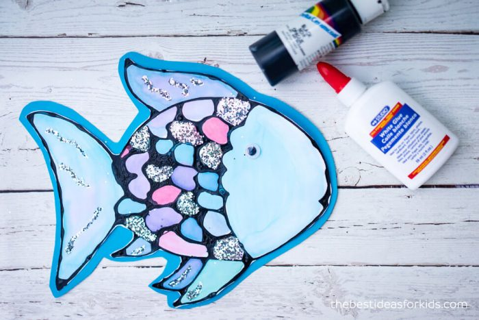 Rainbow fish craft using glitter.